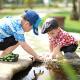 Dos niños juegan en un parque
